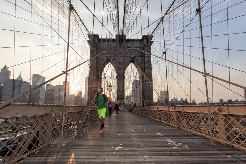 NEW YORK - de V.S. - JUNI, 12 2015 mensen die de brug van Manhattan kruisen royalty-vrije stock fotografie