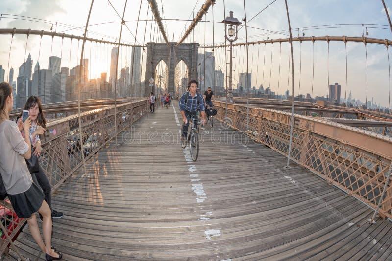 NEW YORK - de V.S. - JUNI, 12 2015 mensen die de brug van Manhattan kruisen royalty-vrije stock foto