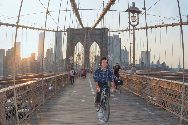 NEW YORK - de V.S. - JUNI, 12 2015 mensen die de brug van Manhattan kruisen stock foto