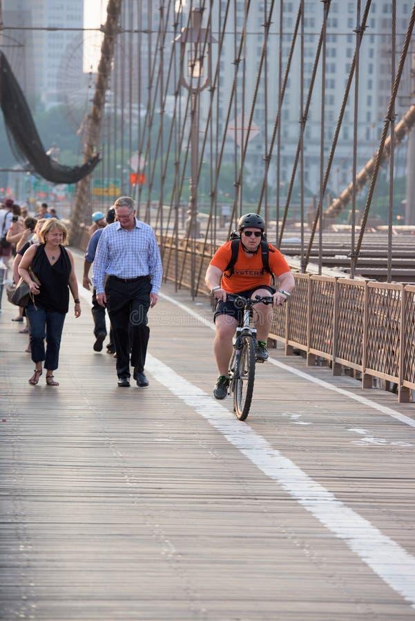 NEW YORK - de V.S. - JUNI, 12 2015 mensen die de brug van Manhattan kruisen royalty-vrije stock afbeelding