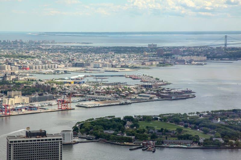 NEW YORK, DE V.S. 18,2018 JUNI: Satellietbeeld en hoogste mening van de stad van New York van de één wereldhandelbouw bij de V.S. royalty-vrije stock foto