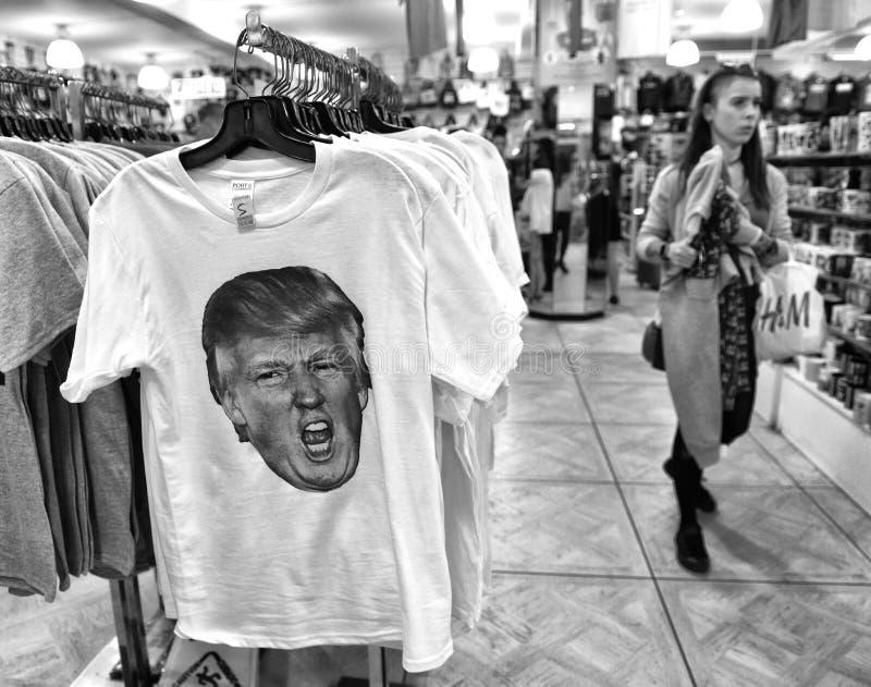 New York, de V.S. - 10 Juni, 2018: T-shirt die Donald Trump in de giftwinkel kenmerken in Nieuw royalty-vrije stock afbeelding