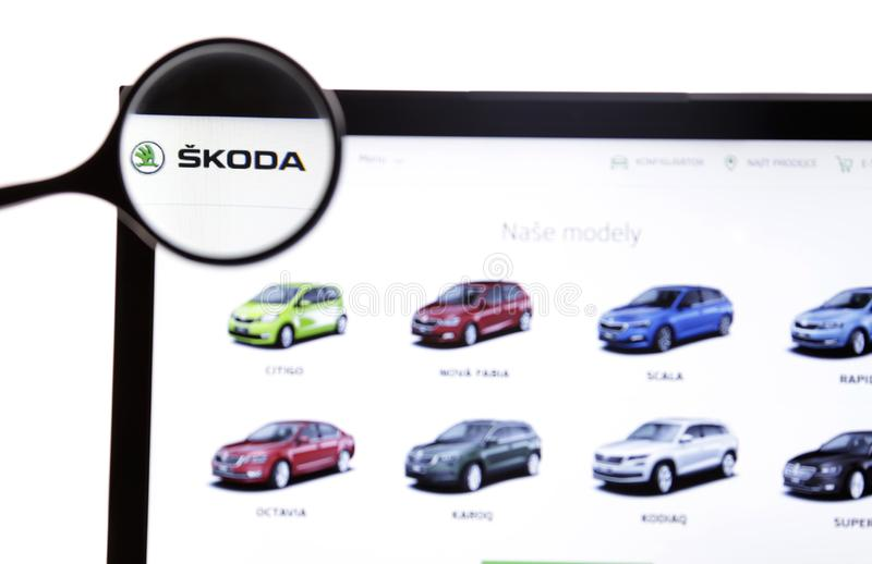 New York, de V.S. - 25 Maart, 2019: Illustratief Hoofdartikel Website van Skoda-embleem zichtbaar op het vertoningsscherm royalty-vrije stock afbeeldingen