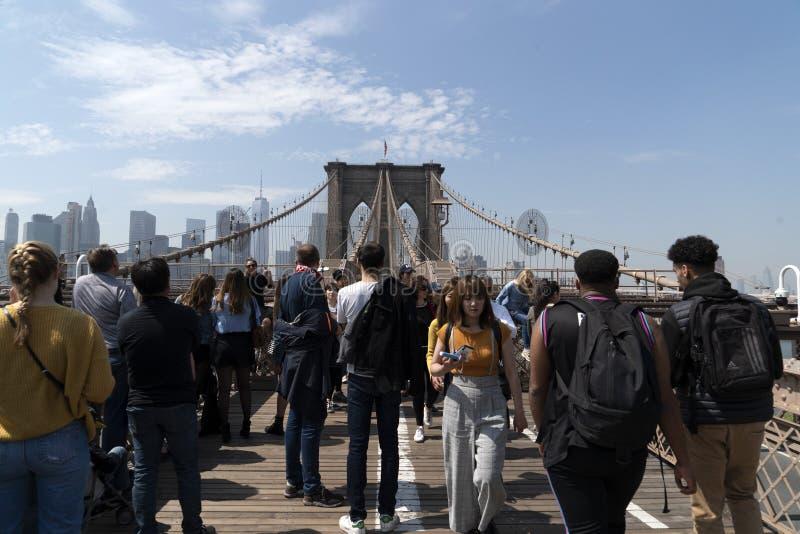 NEW YORK, de V.S., 2 MEI 2019 - de brughoogtepunt van Brooklyn van toeristen royalty-vrije stock fotografie