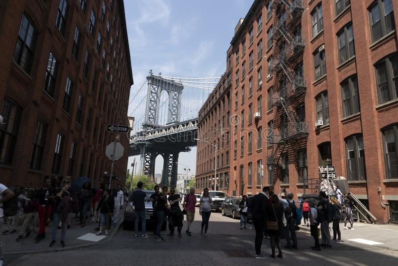 NEW YORK, de V.S., 2 MEI 2019 - het hoogtepunt van de de brugmening van Dumbo Manhattan van toeristen stock foto