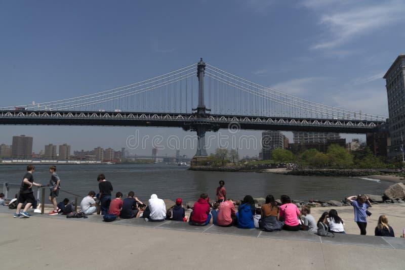NEW YORK, de V.S., 2 MEI 2019 - het hoogtepunt van de de brugmening van Dumbo Manhattan van toeristen royalty-vrije stock fotografie