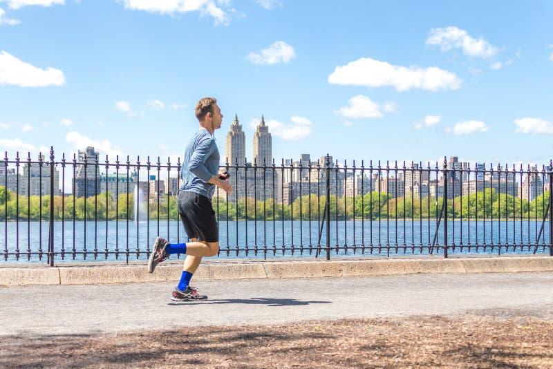 NEW YORK, DE V.S. - 15 MEI, 2019: Jogger die langs Central Parkreservoir loopt in New York Het Central Park is volledig van actie royalty-vrije stock afbeelding