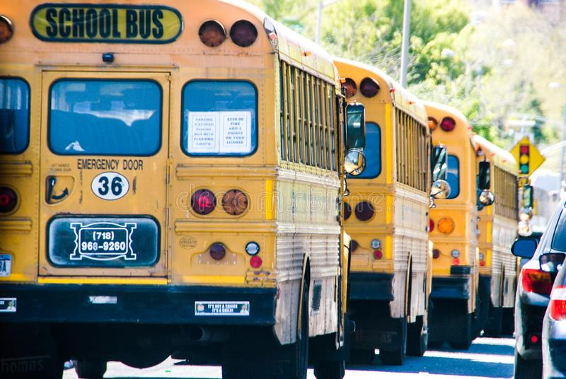 New York, de V.S., 3 Mei 2013 Taxis en Busschool in Manhattan, in geel wordt benadrukt die stock foto's