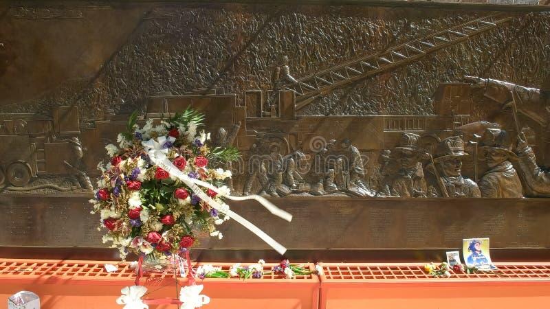NEW YORK, NEW YORK, DE V.S. - 15 SEPTEMBER, 2015: dichte omhooggaand van een kroon van bloemen voor brandvechter doodde op 11 sep royalty-vrije stock afbeelding