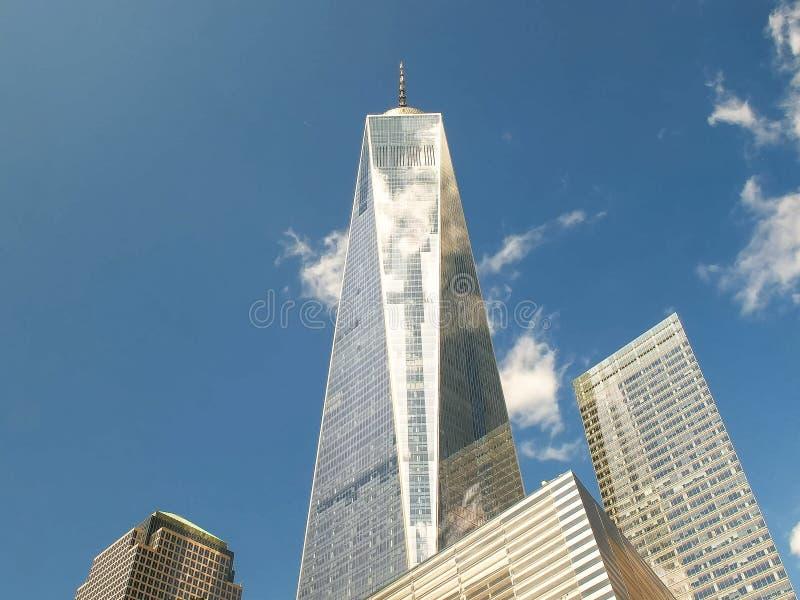 NEW YORK, NEW YORK, DE V.S. - 15 SEPTEMBER, 2015: lage hoek brede mening van één wereldhandelscentrum in New York stock afbeeldingen