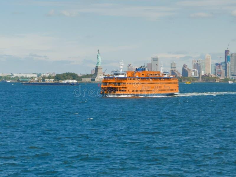 NEW YORK, NEW YORK, DE V.S. - 15 SEPTEMBER, 2015: staten eilandveerboot en het standbeeld van vrijheid, ny royalty-vrije stock foto