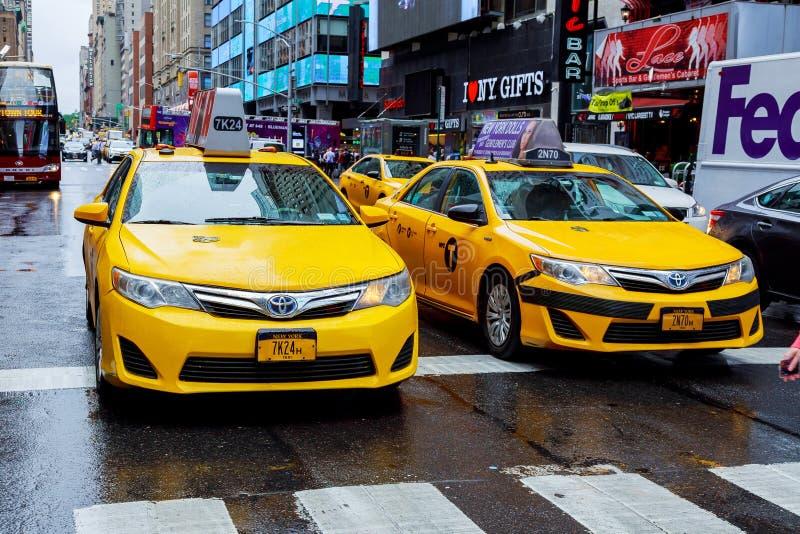 NEW YORK - EM JULHO DE 2017: Coroe Victoria Taxis, que pode ser posta em fase - para fora para híbrido, em Broadway no Times Squa imagem de stock