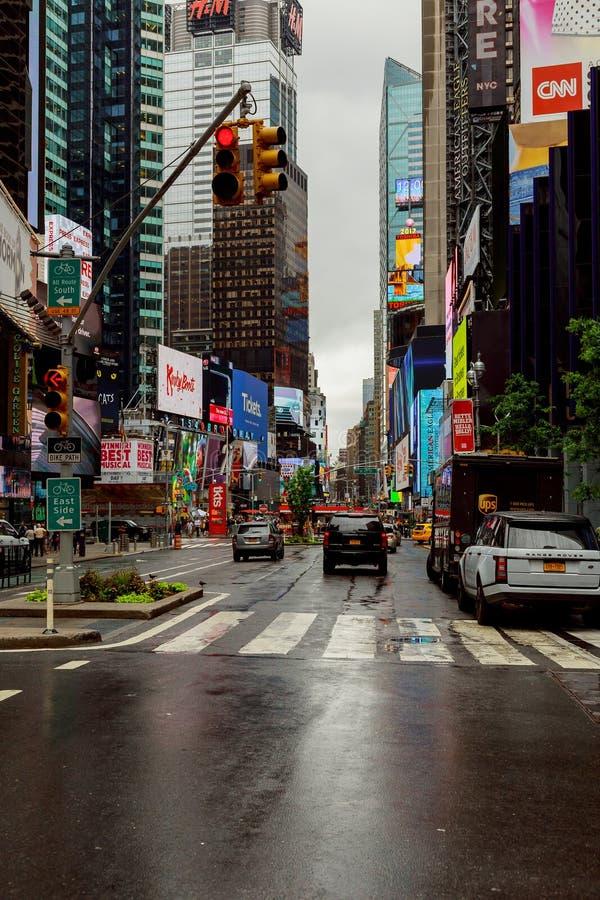 NEW YORK - EM JULHO DE 2017: Estrada da rua de New York City em Manhattan em horas de verão Fundo grande urbano do conceito da vi fotografia de stock