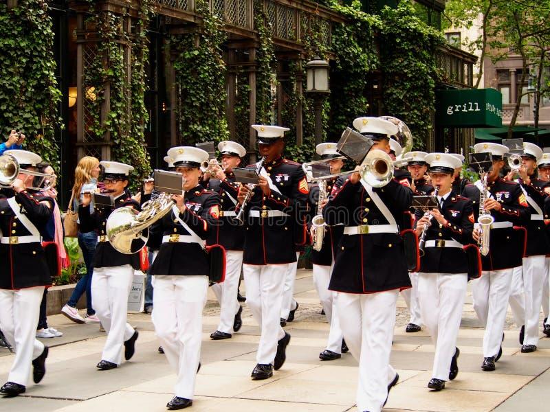 New York - Estados Unidos, faixa do corpo de fuzileiros navais dos E.U. durante a demonstração para o público em Bryant Park para imagem de stock