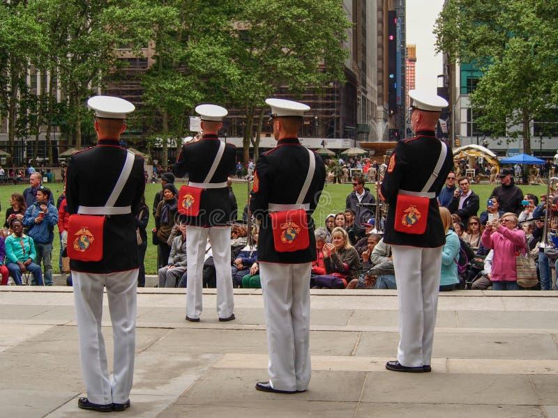New York - Estados Unidos, faixa do corpo de fuzileiros navais dos E.U. durante a demonstra??o para o p?blico em Bryant Park para fotografia de stock royalty free