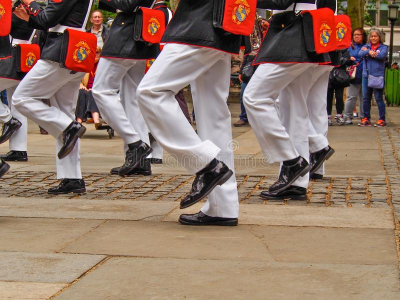 New York - Estados Unidos, faixa do corpo de fuzileiros navais dos E.U. durante a demonstra??o para o p?blico em Bryant Park para imagens de stock