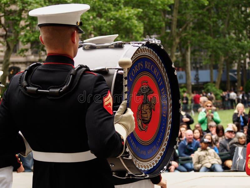 New York - Estados Unidos, faixa do corpo de fuzileiros navais dos E.U. durante a demonstra??o para o p?blico em Bryant Park para foto de stock