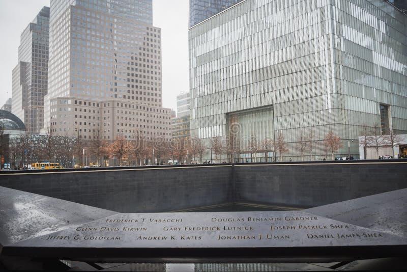 NEW YORK, ETATS-UNIS - 23 F?VRIER 2018 : Panorama de Ground Zero avec les noms des victimes du 11 septembre au centre du mur photographie stock libre de droits