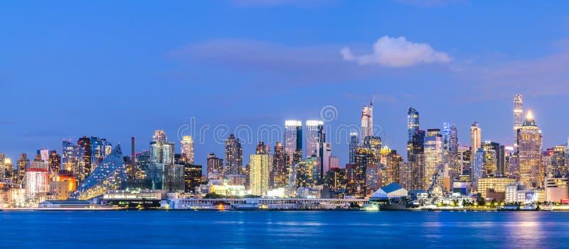 New York, Etats-Unis, 08-25-17 : horizon de New York City la nuit avec la référence photos libres de droits