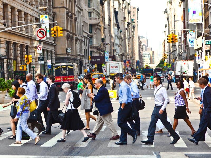 NEW YORK, ETATS-UNIS – 13 JUILLET : Les gens dépêchent M du centre photographie stock