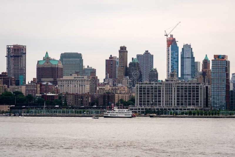 New York, Etats-Unis - 7 juin 2019 : L'horizon et les immeubles de bureaux modernes de Midtown Manhattan ont regardé de l'autre c photos libres de droits
