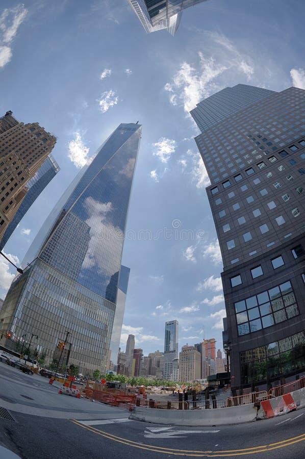 NEW YORK - Etats-Unis - 13 juin 2015 les gens s'approchent de la tour et de 9/11 de liberté photos libres de droits