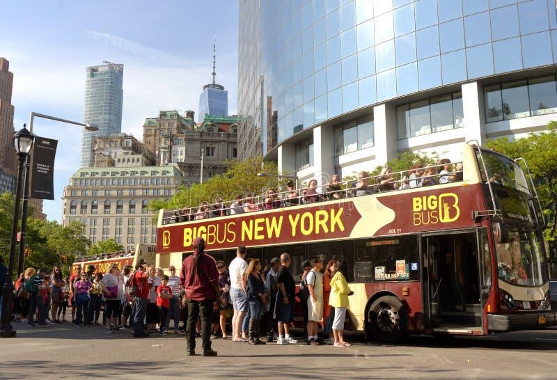 New York, Etats-Unis - 30 mai 2018 : Touristes près de grand houblon de New York d'autobus photo libre de droits