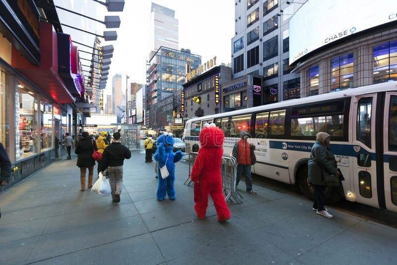 Elmo et monstre de biscuit sur la quarante-deuxième rue Manhattan New York photos stock