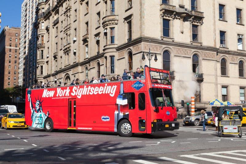 NEW YORK, ETATS-UNIS - 15 OCTOBRE 2013 : HOUBLON rouge d'autobus de touristes SUR L'HOUBLON OUTRE DES VISITES d'AUTOBUS dans un o photographie stock