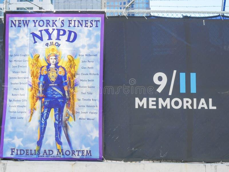 NEW YORK, NEW YORK, ETATS-UNIS - 15 SEPTEMBRE 2015 : bannière commémorative aux pompiers ny tués sur septembre 11 image libre de droits
