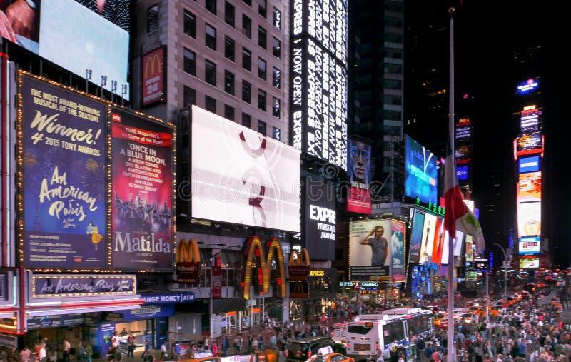 NEW YORK, NEW YORK, ETATS-UNIS - 12 SEPTEMBRE 2015 : un tir grand-angulaire des foules et des lumières de la Times Square photographie stock
