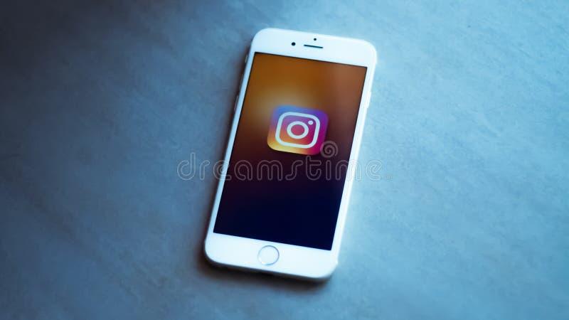 New York/Etats-Unis 06-27-2019 : Un smartphone blanc avec l'icône de l'instagram social de réseau a représenté se repose sur une  images stock