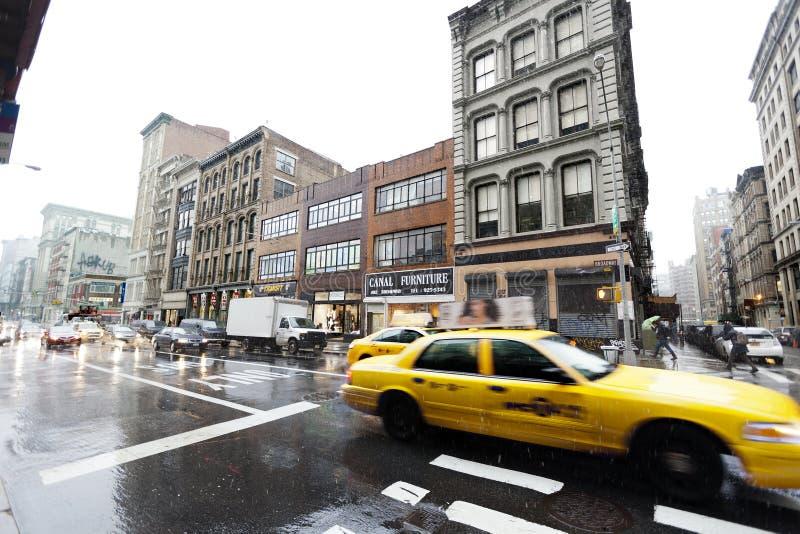 Tráfego amarelo do táxi em Broadway chuvoso Manhattan New York imagens de stock royalty free