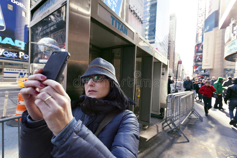 Download Vitória Celular De Manhattan New York Do Times Square Do Turista Da Fotografia Foto de Stock Editorial - Imagem de edifício, concentrado: 29827798