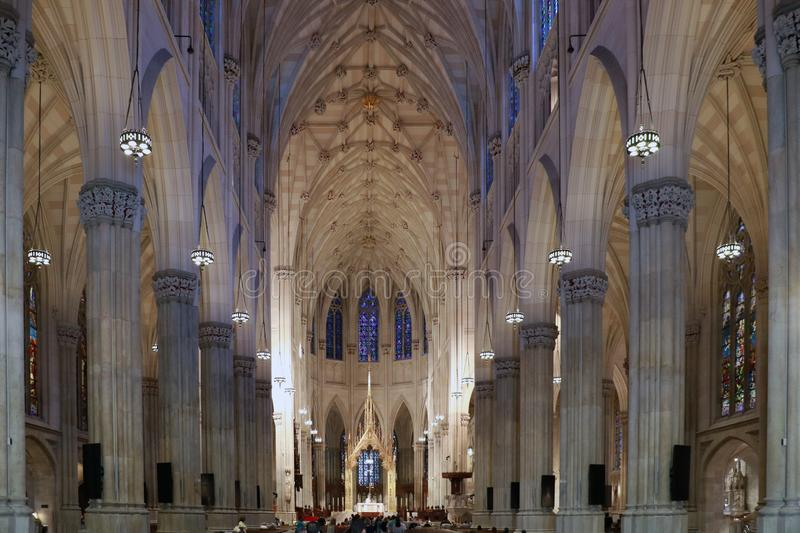 NEW YORK, EUA - AGOSTO 20,2016: Interior da catedral de St Patrick em New York City fotografia de stock
