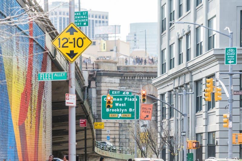 NEW YORK, EUA - 28 DE ABRIL DE 2018: As ruas assinam dentro Dumbo, Brooklyn, New York, EUA fotos de stock royalty free