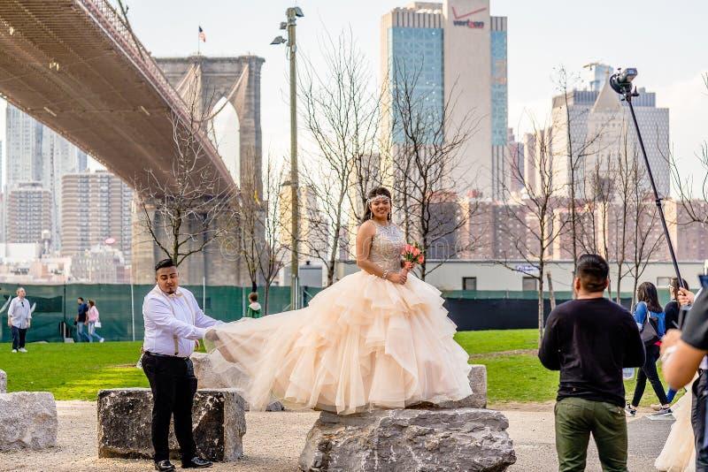 NEW YORK, EUA - 28 DE ABRIL DE 2018: Uma noiva que levanta durante a sessão de foto em Dumbo, Brooklyn, New York imagem de stock royalty free