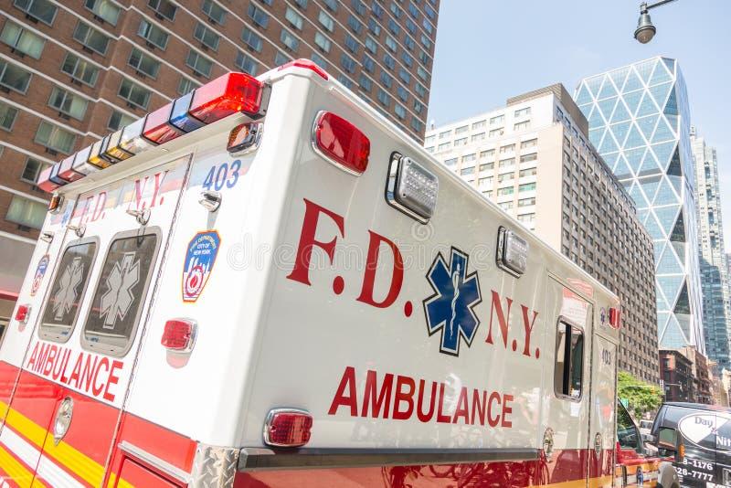 NEW YORK, EUA - 20 DE AGOSTO DE 2014: Ambulância de FDNY em Manhattan pro imagem de stock