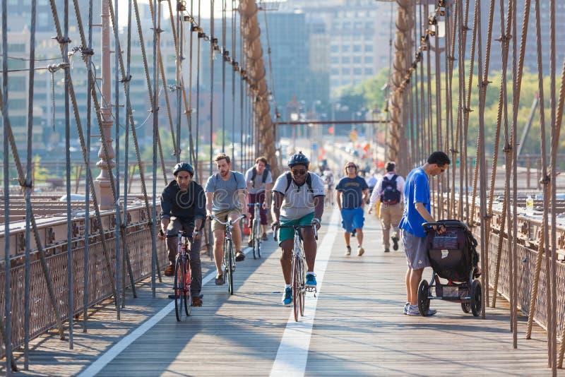 NEW YORK, EUA - 25 DE AGOSTO DE 2014: Povos que dão um ciclo e que andam em B imagens de stock