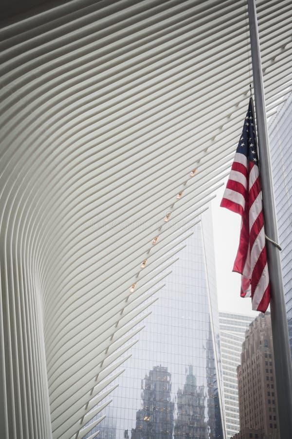 NEW YORK, EUA - 23 DE FEVEREIRO DE 2018: Bandeira americana no meio mastro sob uma asa arquitetónica do Oculus no centro da pared fotos de stock
