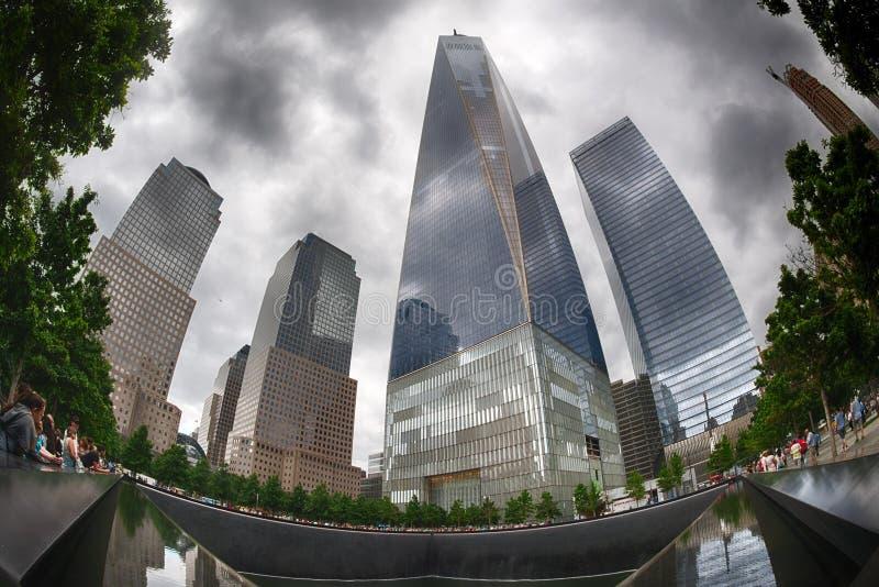 NEW YORK - EUA - 13 de junho de 2015 povos aproxima a torre e o 9/11 da liberdade imagem de stock royalty free