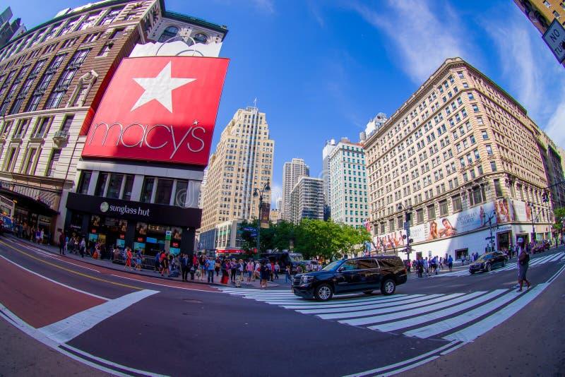 NEW YORK, EUA - 22 DE JUNHO DE 2017: Povos não identificados que andam na rua de Broadway e que apreciam a cidade bonita de novo fotos de stock