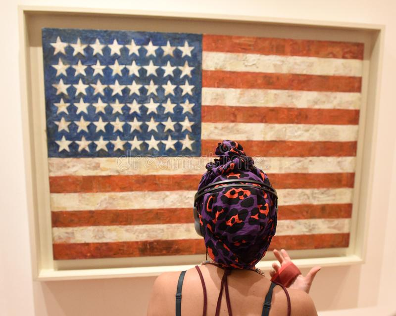 New York, EUA - 8 de junho de 2018: O visitante olha o ` b da bandeira do ` do trabalho imagem de stock royalty free