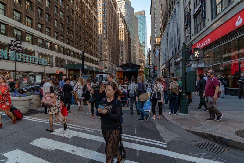 NEW YORK, EUA - 25 de maio de 2018 - Broadway aos Times Square completamente dos povos imagens de stock