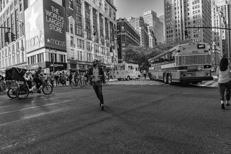 NEW YORK, EUA - 25 de maio de 2018 - Broadway aos Times Square completamente dos povos foto de stock royalty free