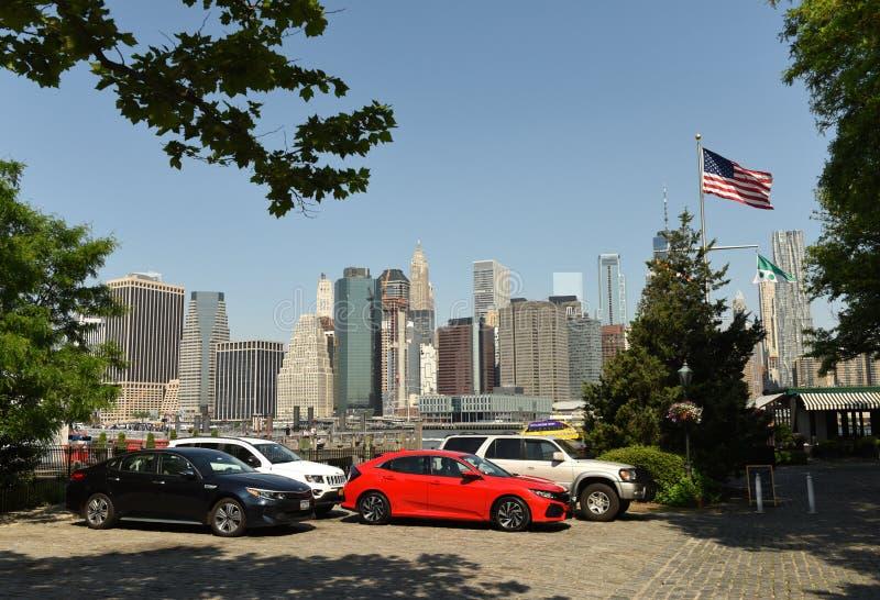 New York, EUA - 27 de maio de 2018: Carros no estacionamento em Dumbo em Brooklyn imagem de stock royalty free