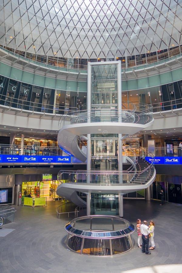 NEW YORK, EUA - 5 DE MAIO DE 2017: O design de interiores de Fulton Center revelou pela autoridade metropolitana do trânsito dura foto de stock