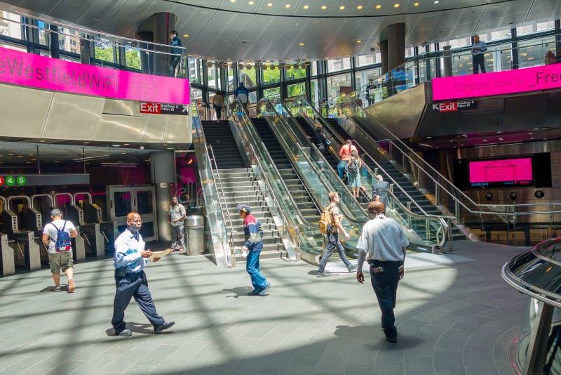 NEW YORK, EUA - 5 DE MAIO DE 2017: Os povos não identificados que andam e que enyoing a vista, dentro de Fulton Center revelaram  imagem de stock