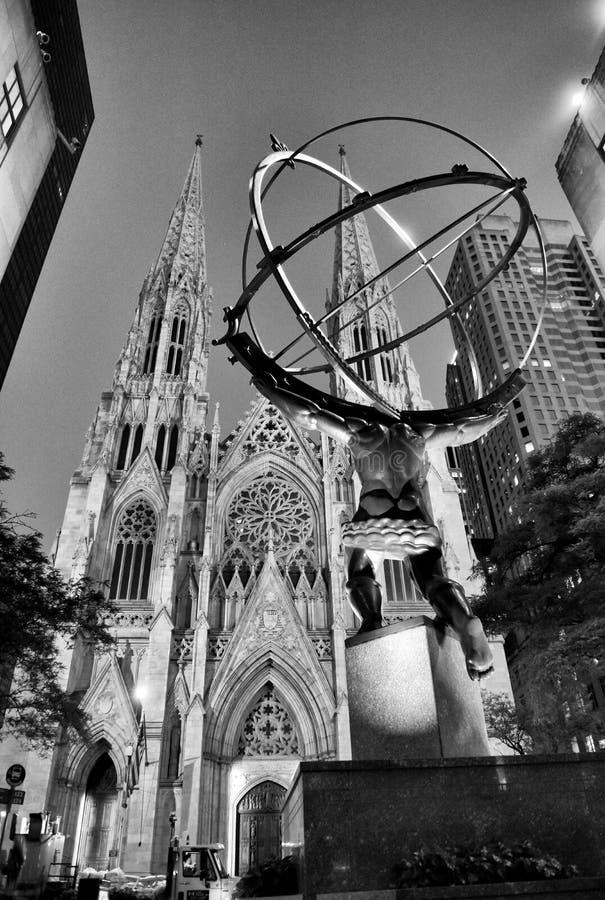 New York, EUA - 25 de maio de 2018: A estátua do atlas na frente do centro de Rockefeller em New York City foto de stock