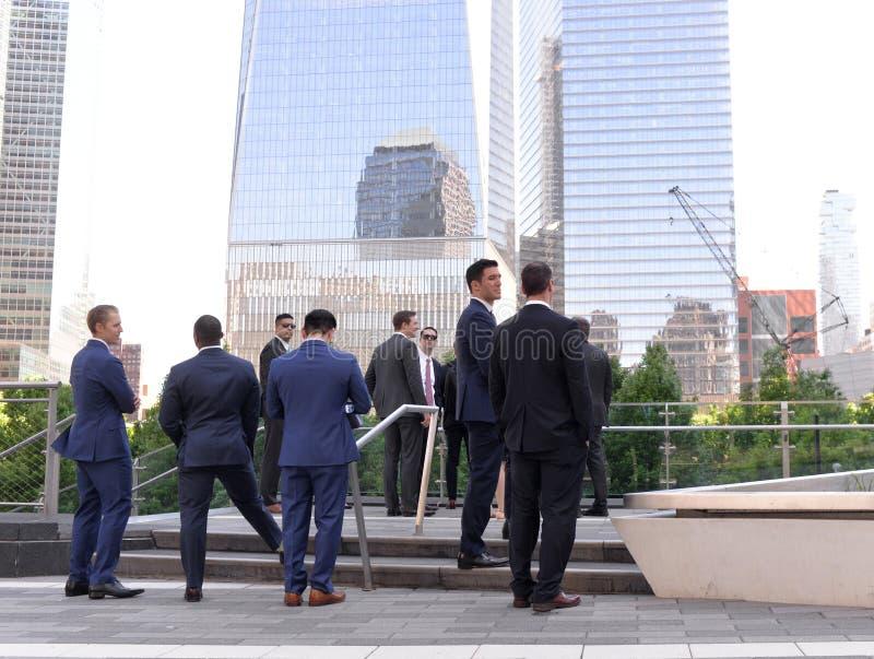 New York, EUA - 24 de maio de 2018: Homens de neg?cios no distrito financeiro em mais baixo Manhattan em New York imagem de stock